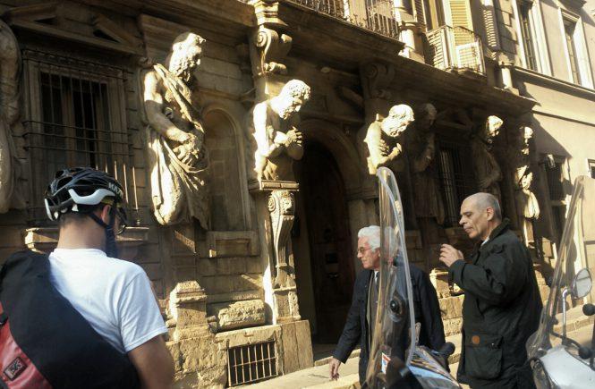 Милан. Фасады. Мотоциклы