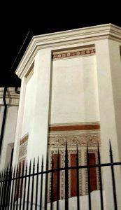 Свастики на фасаде церкви. Милан