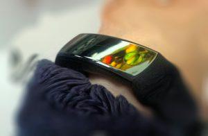 отражение монитора в фитнесс-браслете
