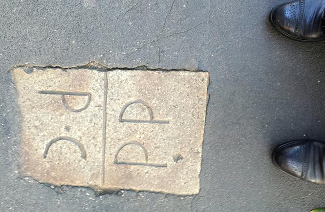 знаки на тротуарах в Милане