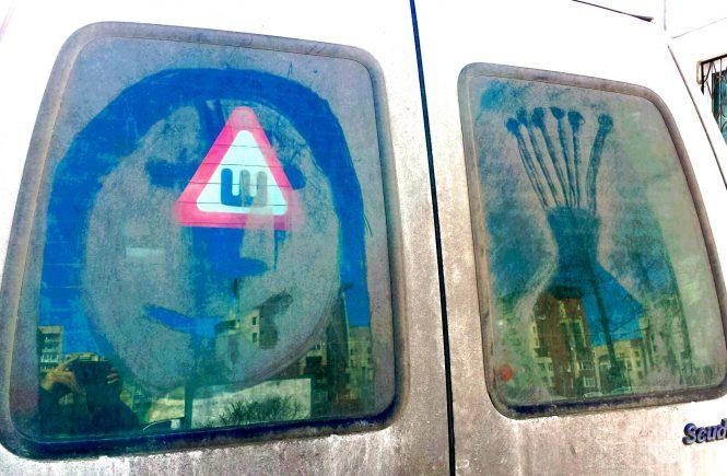 микроавтобус с рисунками на стекле