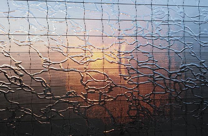 фото заката через балконное стекло