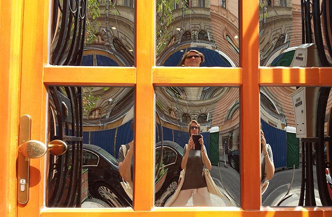 Селфи в дверь с расстекловкой