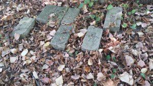 Обломки камней во дворе детства