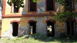 Руины дома во дворе детства