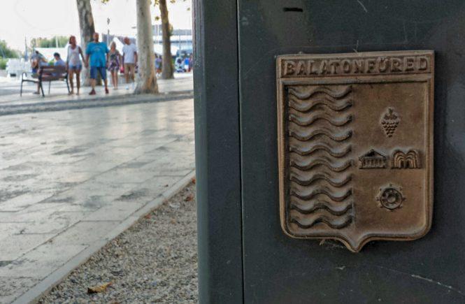 Балатонфюред. Табличка с гербом