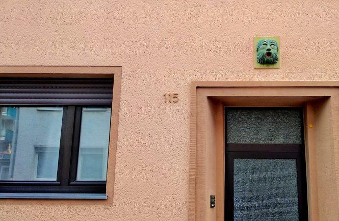 Кельн. Рельеф над входом в дом