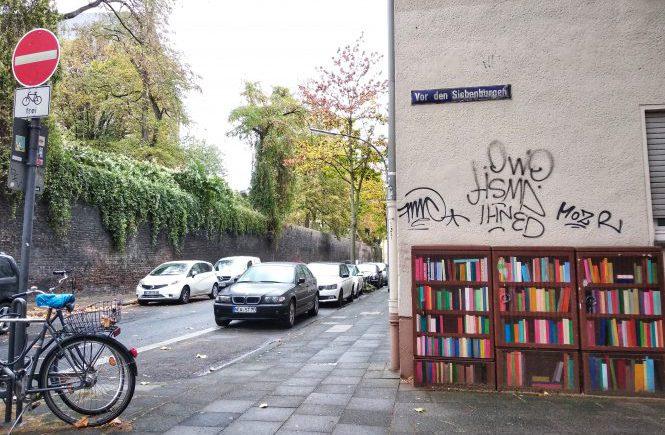 """Улица в Кельне. """"Книжный шкаф"""" из распределительной будки"""