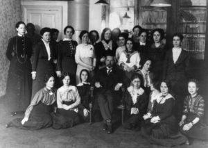 Группа курсисток на лекции